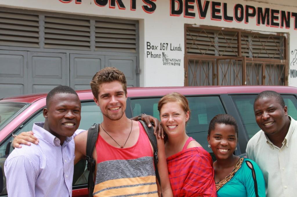 ETVO-vapaaehtoinen Ben Thomson Coon sekä fysioterapian opiskelija Johanna Härmä tekivät vapaaehtoistyötä Lindissä paikallisten työntekijöidemme Chigogolon, Ramsonin ja Aminan kanssa.