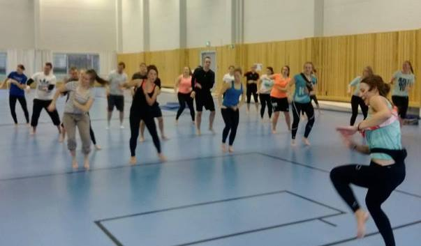 Miia ja liikuntaneuvoja-opiskelijat jumppaamassa